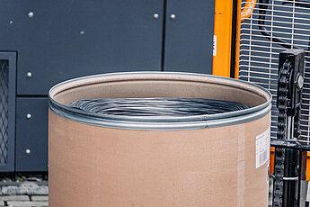 Metalizační drát v sudu
